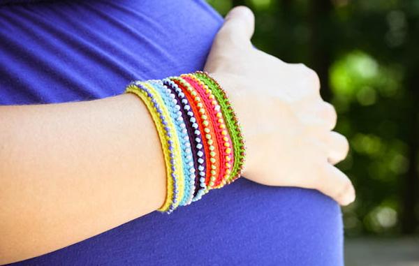 Маленькие модницы будут с удовольствием носить такие браслеты дружбы с красивими бусинками.