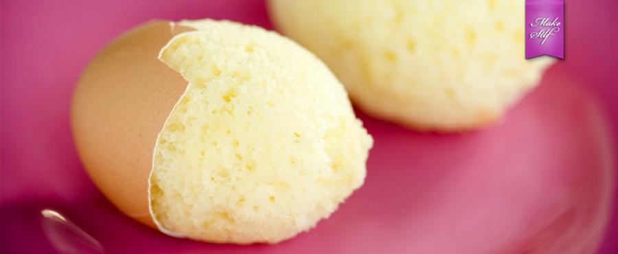 Маленький кекс, запеченный в яичной скорлупе